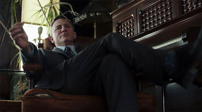 daniel-craig-sitting-knives-out